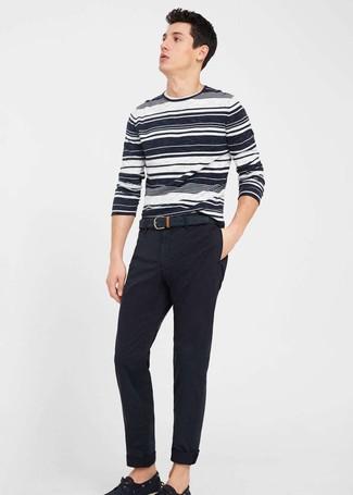 Cómo combinar: jersey con cuello circular de rayas horizontales en blanco y negro, pantalón chino negro, náuticos de lona negros, correa de cuero negra