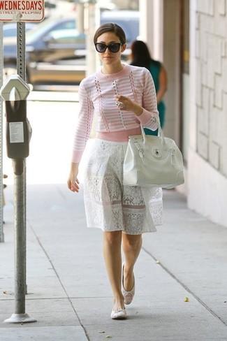 Empareja un jersey con cuello circular de rayas horizontales en blanco y rosa junto a una falda campana de encaje blanca para un look diario sin parecer demasiado arreglada. Bailarinas de crochet blancas son una opción atractiva para complementar tu atuendo.