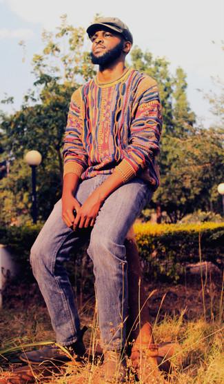 Cómo combinar: jersey con cuello circular en multicolor, vaqueros azules, botas safari de ante azul marino, gorra inglesa marrón claro