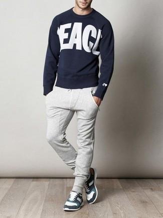 Cómo combinar: jersey con cuello circular estampado en azul marino y blanco, pantalón de chándal gris, deportivas en blanco y negro