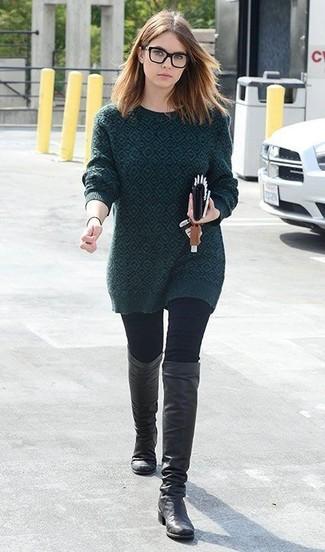 Cómo combinar: jersey con cuello circular estampado verde oscuro, vaqueros pitillo negros, botas de caña alta de cuero negras