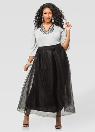 Cómo combinar: jersey con cuello circular con adornos gris, falda larga de gasa negra, sandalias de tacón de cuero negras, pulsera plateada