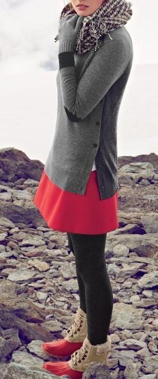 Un jersey con cuello circular gris y una falda skater roja son una opción muy buena para el fin de semana. ¿Por qué no añadir botas para la nieve a la combinación para dar una sensación más relajada?