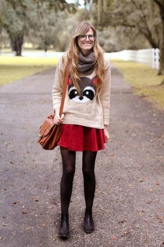 Cómo combinar: jersey con cuello circular estampado en beige, falda skater roja, botines de cuero negros, bolso bandolera de cuero marrón claro