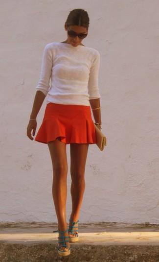 Cómo combinar: jersey con cuello circular blanco, falda skater roja, sandalias con cuña de cuero en verde azulado, cartera sobre de cuero dorada