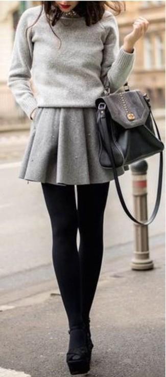 Intenta ponerse un jersey con cuello circular gris y un collar plateado para un look agradable de fin de semana. ¿Te sientes valiente? Elige un par de sandalias de tacón de ante gruesas negras.