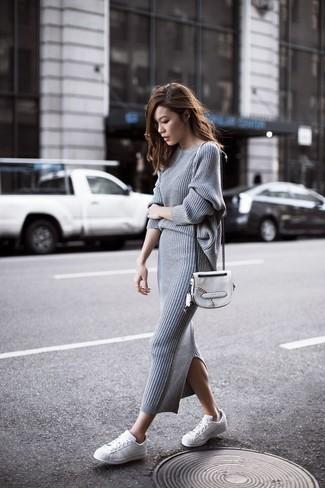 Look de moda: Jersey con cuello circular gris, Falda midi de punto gris, Tenis de cuero blancos, Bolso bandolera de cuero blanco