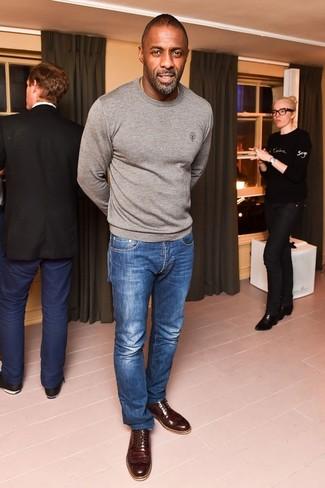 Look de Idris Elba: Jersey con Cuello Circular Gris, Vaqueros Azules, Zapatos Brogue de Cuero en Marrón Oscuro