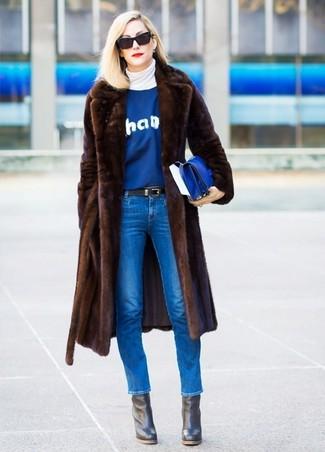 Cómo combinar: vaqueros pitillo azules, jersey con cuello circular estampado azul, jersey de cuello alto blanco, abrigo de piel en marrón oscuro