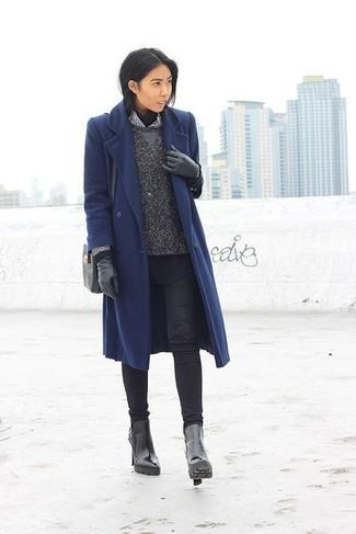 Look de moda: Camisa de vestir de rayas verticales en blanco y negro, Jersey con cuello circular en gris oscuro, Jersey de cuello alto negro, Abrigo azul marino