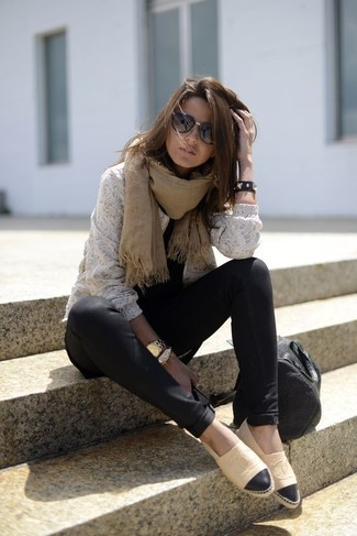 Si eres el tipo de chica de jeans y camiseta, te va a gustar la combinación de un jersey con cuello circular de encaje blanco y una bufanda marrón claro de Moschino. Un par de alpargatas de cuero marrón claro se integra perfectamente con diversos looks.
