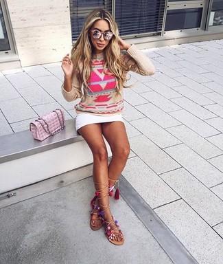 Cómo combinar: jersey con cuello circular estampado en beige, minifalda blanca, sandalias romanas altas de cuero en beige, bolso bandolera de cuero acolchado rosado