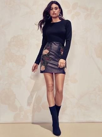 Cómo combinar: jersey con cuello circular negro, minifalda de cuero bordada negra, botines de ante negros, pendientes plateados