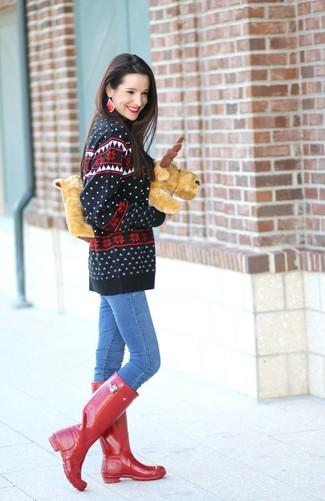 La versatilidad de un jersey con cuello circular de grecas alpinos negro y unos vaqueros pitillo azules los hace prendas en las que vale la pena invertir. ¿Quieres elegir un zapato informal? Opta por un par de botas de lluvia rojas para el día.