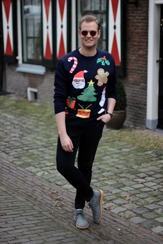 Cómo combinar: jersey con cuello circular de navidad azul marino, pantalón chino negro, botas safari de lona grises, gafas de sol en marrón oscuro