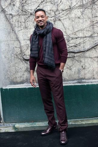 Cómo combinar: jersey con cuello circular burdeos, pantalón chino burdeos, zapatillas altas de cuero burdeos, bufanda de rayas horizontales en gris oscuro