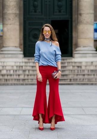 Para un atuendo que esté lleno de caracter y personalidad opta por un jersey con cuello circular celeste y un pantalón de campana rojo. Zapatos de tacón de cuero rojos son una forma sencilla de mejorar tu look.