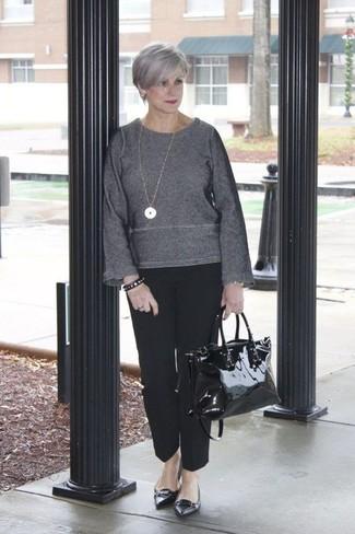 Empareja un jersey con cuello circular en gris oscuro junto a un pantalón de vestir negro para conseguir una apariencia relajada pero chic. Bailarinas de cuero negras resaltaran una combinación tan clásico.