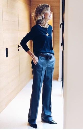 Emparejar un jersey con cuello circular azul marino y un pantalón de vestir azul marino es una opción cómoda para hacer diligencias en la ciudad. Zapatos de tacón de cuero negros añaden la elegancia necesaria ya que, de otra forma, es un look simple.