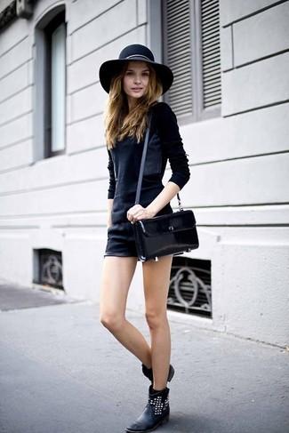 Empareja un jersey con cuello circular negro con unos pantalones cortos de cuero negros para cualquier sorpresa que haya en el día. Con el calzado, sé más clásico y haz botines de cuero negros tu calzado.