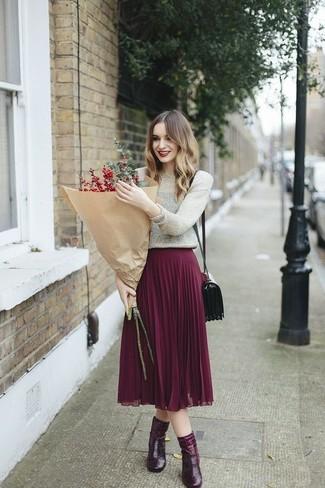 Cómo combinar: jersey con cuello circular plateado, falda midi plisada morado, botines de cuero burdeos, bolso bandolera de cuero burdeos