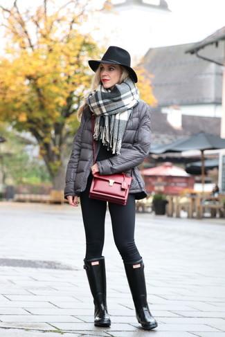 Cómo combinar: leggings negros, jersey con cuello circular negro, plumífero gris, chal de tartán gris