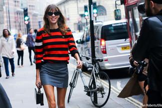 Look de Alexa Chung: Jersey con Cuello Circular de Rayas Horizontales Rojo, Minifalda Gris, Cartera de Cuero Negra, Gafas de Sol Negras
