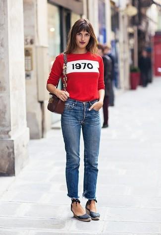 Cómo combinar: jersey con cuello circular estampado rojo, vaqueros azules, sandalias con cuña de lona azul marino, bolso bandolera de cuero burdeos