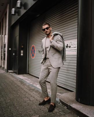 Cómo combinar: mocasín de ante en marrón oscuro, jersey con cuello circular en beige, traje de lana en beige, abrigo largo gris