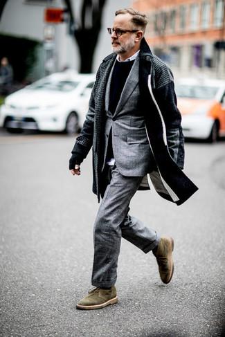 Combinar un traje de tartán gris: Intenta ponerse un traje de tartán gris y un abrigo largo de pata de gallo en gris oscuro para una apariencia clásica y elegante. Botas safari de ante verde oliva darán un toque desenfadado al conjunto.