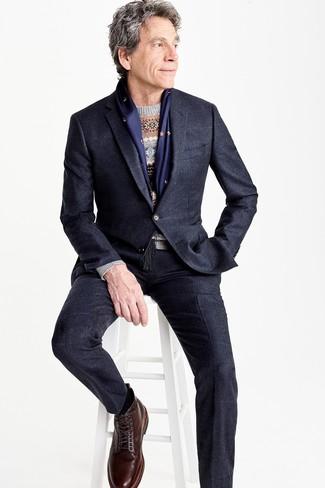 Cómo combinar: botas casual de cuero en marrón oscuro, jersey con cuello circular de grecas alpinos gris, traje a cuadros azul marino, traje negro