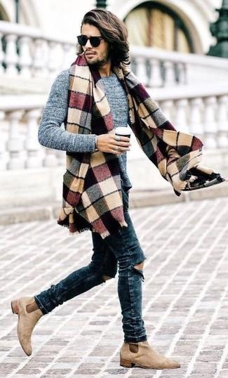 Cómo combinar: jersey con cuello circular gris, vaqueros pitillo desgastados azul marino, botines chelsea de ante en beige, bufanda de tartán en multicolor