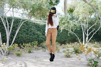Cómo combinar: jersey con cuello circular estampado blanco, vaqueros pitillo marrón claro, botines con cordones de ante negros, mochila de cuero negra
