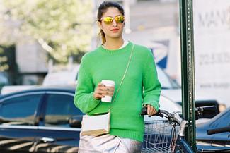 Un jersey con cuello circular verde y una falda lápiz plateada son prendas que debes tener en tu armario.