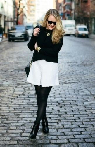Vestido blanco corto con medias negras