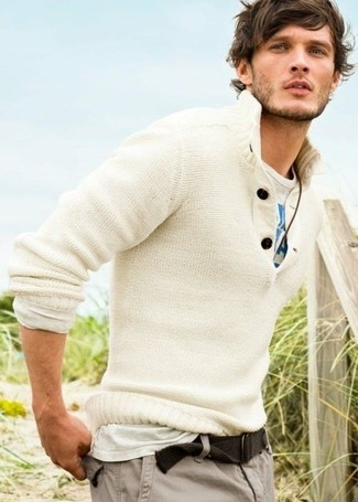 Cómo combinar: jersey con cuello henley blanco, camiseta con cuello circular estampada en blanco y azul, pantalón cargo gris, correa de lona marrón