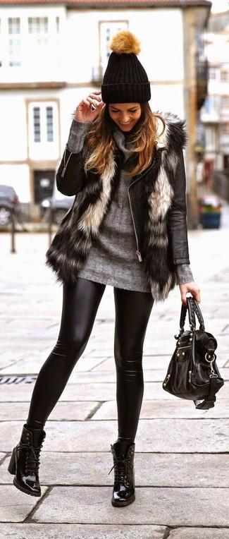 Cómo combinar: leggings de cuero negros, jersey con cuello vuelto holgado gris, chaqueta motera de cuero negra, chaleco de pelo gris