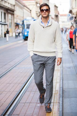Accede a un refinado y elegante estilo con una camisa de manga larga azul y un pantalón de vestir gris. ¿Quieres elegir un zapato informal? Opta por un par de náuticos de ante gris oscuro para el día.
