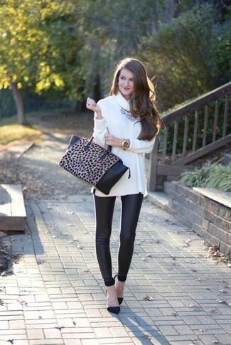 Cómo combinar: jersey con cuello vuelto holgado blanco, leggings de cuero negros, zapatos de tacón de ante negros, bolsa tote de cuero de leopardo en negro y marrón claro