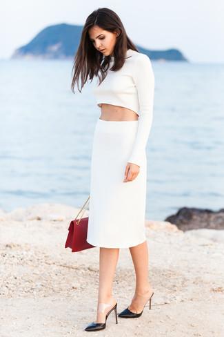 La versatilidad de un jersey corto blanco y una falda lápiz blanca los hace prendas en las que vale la pena invertir. Usa un par de zapatos de tacón de cuero negros para destacar tu lado más sensual.