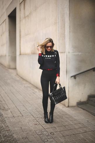 Considera ponerse un jersey corto estampado en negro y blanco y unos vaqueros pitillo negros para lidiar sin esfuerzo con lo que sea que te traiga el día. Dale un toque de elegancia a tu atuendo con un par de botines de cuero negros.