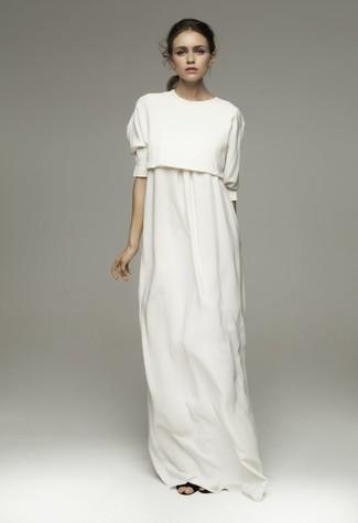 Cómo combinar: jersey corto de punto blanco, vestido largo blanco, sandalias romanas de cuero negras