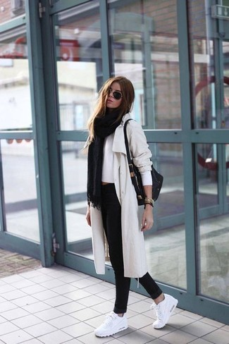 Cómo combinar: vaqueros pitillo negros, jersey corto blanco, gabardina en beige, chal negro