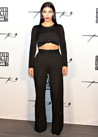 Look de Kim Kardashian: Jersey Corto Negro, Pantalones Anchos Negros
