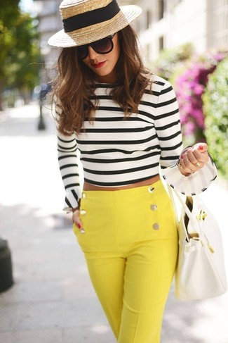 Opta por un jersey corto de rayas horizontales en blanco y negro y unos pantalones pitillo amarillos para conseguir una apariencia glamurosa y elegante.