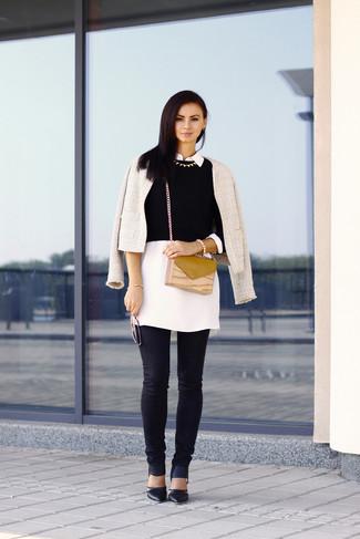 Cómo combinar: vaqueros pitillo negros, jersey corto negro, túnica blanca, chaqueta de tweed blanca