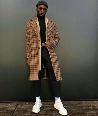 Cómo combinar: pantalón de vestir negro, jersey de cuello alto negro, abrigo largo marrón claro, abrigo largo a cuadros marrón claro