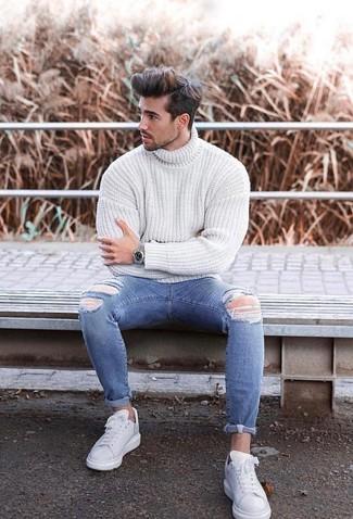 Cómo combinar: jersey de cuello alto de punto blanco, vaqueros pitillo desgastados azules, tenis de cuero blancos, reloj plateado