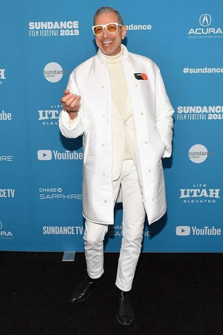 Cómo combinar: vaqueros blancos, jersey de cuello alto en beige, blazer blanco, abrigo de piel de oveja blanco