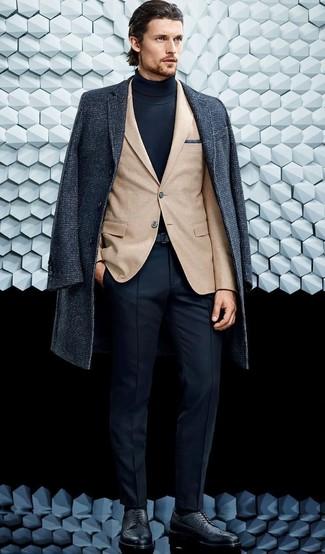 Cómo combinar: pantalón de vestir azul marino, jersey de cuello alto azul marino, blazer marrón claro, abrigo largo en gris oscuro